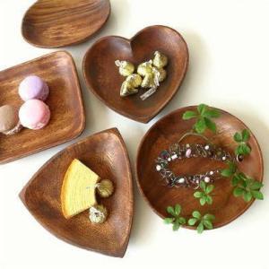 いろいろな形の小さな木のトレイ ナチュラルな風合いで お菓子やおつまみなどに・・ アクセサリーなどの...