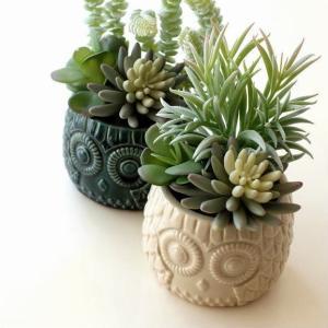 陶器のポットに入った イミテーションの 多肉植物の寄せ植えです  ポットはフクロウのデザインで 丸い...