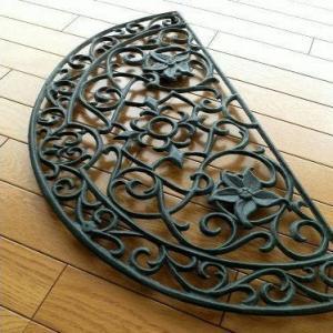 玄関マット 屋外 おしゃれ 半円 鉄製 エントランスマット 砂落とし ドアマット アンティーク モダン ガーデンマット アイアンの玄関マット ハーフラウンドの写真