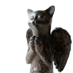 一心に祈るネコさんは 背中に羽のある天使ネコ 可愛い手を合せてお祈りです  ちょっと珍しいポーズのネ...