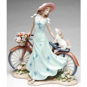 愛犬と戯れながら、お花を積んだ自転車に寄りかかる奇麗なレディーの置物は、お玄関先などにも素敵です☆ ...