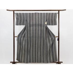 正絹のモノトーンの小紋着物です。細かい江戸小紋のような総柄で黒とグレーの縦縞が薄く染められています。...