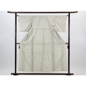 正絹のベージュかかった象牙色の単衣紬着物です。塩沢絣のような撚りの強いシャリ感のある生地で汗ばむ単衣...