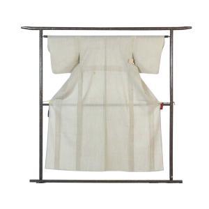 正絹の薄ベージュ地の夏物紗紬着物です。ベージュ地に先染の絣で大きな立涌の意匠が織り込まれております。...