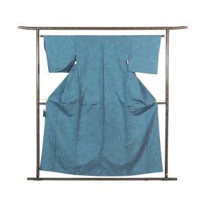 正絹のブルー地の単衣紬着物です。先染の紬糸を無地で織ったものでカジュアル用途にお召しいただけます。身...