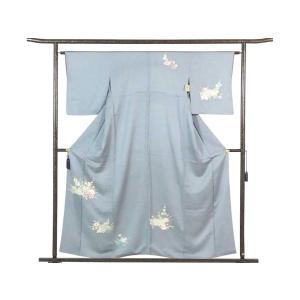 正絹のブルーグレー地の袷訪問着着物です。落ち着いたブルーグレーの地色に花の定番の意匠でフォーマル用途...
