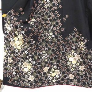 正絹の黒地の袷振袖です。上質な正絹生地に桜の意匠で未婚女性の第一礼装として成人式等にお召しいただけま...
