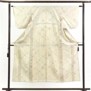 正絹の白地の単衣真綿紬着物です。やや黄色かかった白地に縦縞の意匠でカジュアル用途にお召しいただけます...
