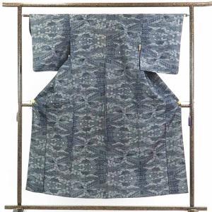 正絹の紺地の単衣紬着物です。黒に近いような濃い紺地に白の先染絣でカジュアル用途にお召しいただけます。...
