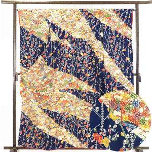 正絹の紺地の袷振袖です。紺地に沖縄の伝統工芸の紅型調で染められたもので(本紅型ではなさそうです)未婚...