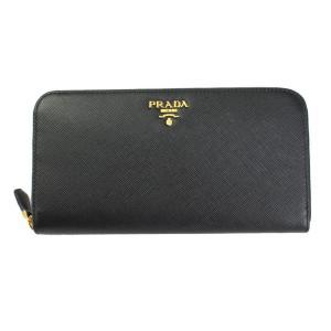 プラダの傷の付きにくい型押しレザーを使った長財布です。 ラウンドファスナーを開けると、仕切りの代わり...