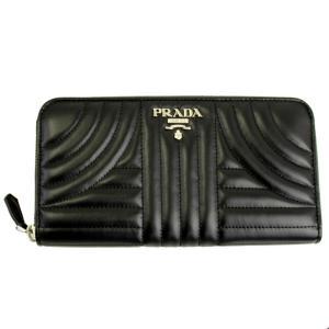 カーフレザーにダイヤグラムステッチが施されたプラダのお財布です。 フロントにはシルバーカラーのブラン...