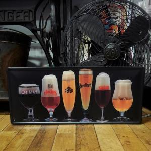 ビールのメッカである、ベルギーやドイツで親しまれているビールメーカーを集めたブリキ看板です。ビール通...