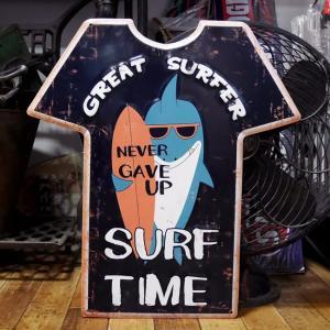 アンティーク エンボス プレート Great Surfer シャツ ブリキ看板 インテリア|goodsfarm