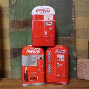 アメリカン雑貨の王道Coca Cola(コカ・コーラ)デザインのベンディングマシン型ブリキ缶バンクで...