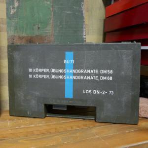 ドイツ連邦国軍の放出品、プラスチック製グレネードケースです。傷や汚れなど、軍用で使用されていたと分か...