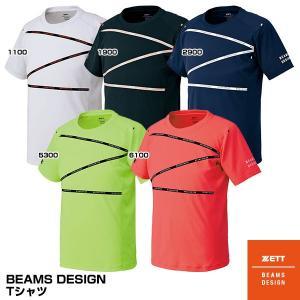 BEAMSDESIGNロゴがテープ状にZの形状でプリントされたグラフィックプリントTシャツ。パターン...