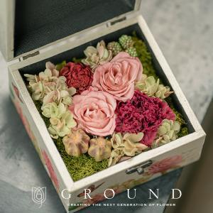 【Boxのサイズ】横幅:約14cm 奥行き:約14cm 高さ約8cm 【花材】バラ カーネーション ...