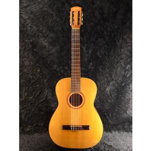 スウェーデン製、オールドクラシックギター。 弦長が630mm程度で弾き易く、手軽さが魅力の一本です。...