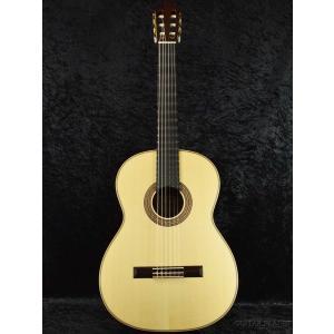 表板には松、横・裏板にはローズウッドを採用。クラシックギターの王道の材の組み合わせで、素材の良さを生...