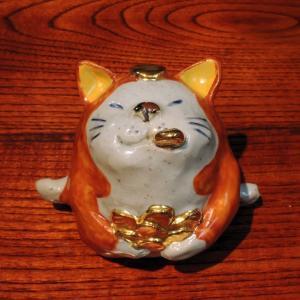 有田 童工房 小判くわえ猫(赤)置物|gunkin-netshop