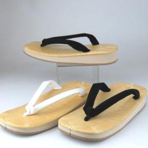 お草履は雨が苦手! 路面によっては滑ることがあります。ご注意下さい。  お草履はカカトを少々出して履...