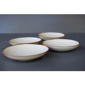 ロクロ成形による手造り品。シンプルなデザインで使いやすい柔らかな色合いの取り皿5枚組です。普段使いも...