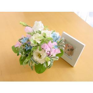 『スタンダード』写真たて付き 季節のお花のお供えアレンジメント |hana-mizuki