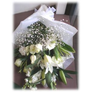 白いユリとかすみ草のお供え花束 ロングタイプの長めの花束 通夜・葬儀にも|hana-mizuki