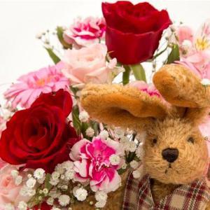 お祝い用アレンジメント(ウサギさん人形付)。送料・手数料無料。メッセージカード付。|hana-sandlot