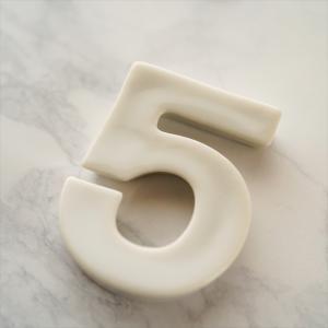 バースデイ ナンバー カトラリーレスト 5 ホワイト 陶磁器 キャッシュレス 還元 hana2
