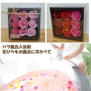 バラ風呂入浴剤 ボックスに入ったバラの花びらをちぎってお風呂に浮かべる女性に人気の入浴剤 せっけんの香り|hanaippo