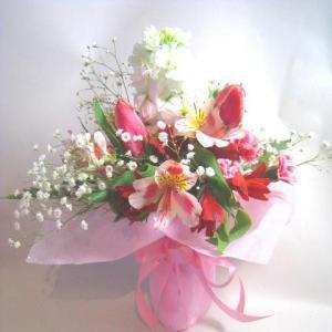 スペシャルオークションの人気商品です!画像はイメージですが地元産の季節の花の花束アレンジです。店長が...
