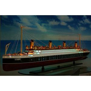 暗い所に置かれたタイタニック号は、船内照明と甲板の発光ダイオード(LED)が燈り、幻想的な雰囲気をか...