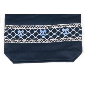 手刺繍スモッキング リボン柄ブルーB 紺色布製巾着バッグ|happy-clover