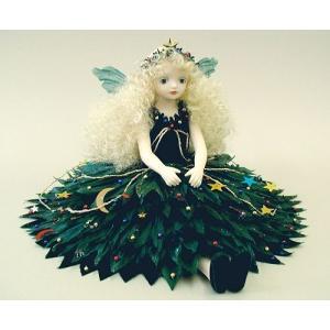 白い生地を丁寧に染め上げ、お花をイメージして作られる衣装や、やさしい表情が素敵なお人形です。 工房で...