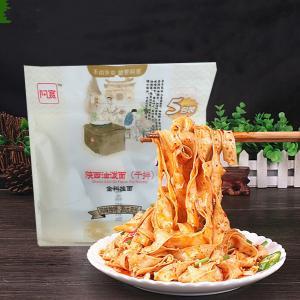 食べごたえのある平麺に本格的なタレ、インスタントで食べられる大人気中華名物! 付属のたれが辛いから、...