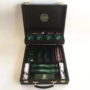 コロニルの最上位シリーズ「1909」とブラシ、クロスを高級感溢れるロゴ入りウッドボックスに収めました...