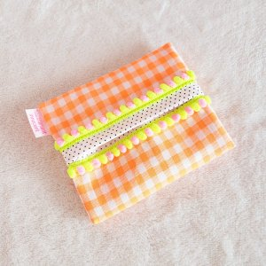 DM便送料無料 ハンドメイド オレンジネオンチェックの「haussement innocent」ボンボン付きのポケットティッシュケース hi-inari