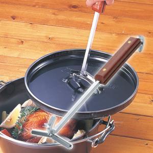 熱くなったダッチオーブンの蓋を持ち上げるための道具。 ステンレス極太無垢角棒と天然木を使った高品質の...