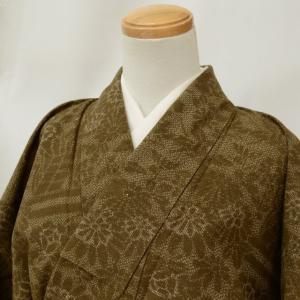 商品情報 ★説明 茶を用いて絣文様を描いた真綿紬の着物です。落ち着いた色合いです。八掛は茶の無地です...