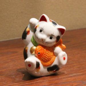九谷焼 3.7号鯛招き猫(右手金運招き猫)三毛  素材:磁器 サイズ:幅8cm×奥行8cm×高さ11...