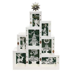 ツリー状に積み上げられたボックスの中に、かわいいクリスマスグッズが飾られている・・・そんな、雑貨屋さ...