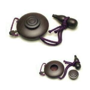 黒檀をくりぬいて作られた携帯にも便利な塗香入れです。 上部のネジ式の蓋を外して塗香を入れ、横の栓を抜...