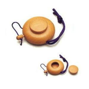 桜材をくりぬいて作られた携帯にも便利な塗香入れです。 上部のネジ式の蓋を外して塗香を入れ、横の栓を抜...