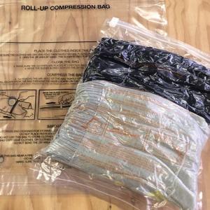 旅行はもちろん、ご自宅でも収納に便利な衣類用圧縮袋。掃除機などを使うことなく、折り曲げるだけで真空状...