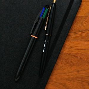 定番中の定番ともいえるBICの4色ボールペン。ビジネスライクなブラックボディが登場しました。人気の秘...