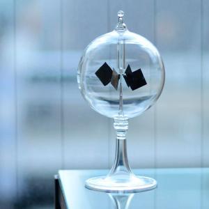 ラジオメーターは、光エネルギーを運動エネルギーに変換する実験器具として、イギリスの物理学者ウィリアム...