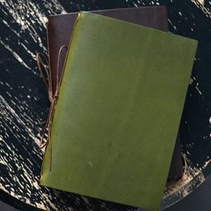 革紐を結んで綴じただけのラフな作りのノート。付属のノートを使い終わっても、自分でA5用紙を半分に折っ...