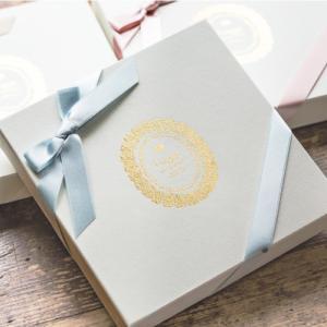 ギフト ハンカチ イニシャル(ノンレース/男性用)BOX入り 結婚祝い 贈り物 プレゼント ブライダル 白 セット ウェディング 箱 BOX 綿  日本製 冠婚葬祭  結婚式|hugge